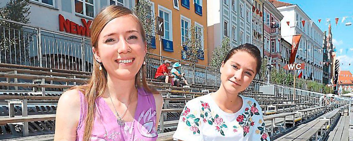 Sie haben die Landshuter Hochzeit so richtig genossen und fahren am Samstag wieder zurück nach Nowosibirsk: Margarita Korotkova (links) und Anna Weselkova